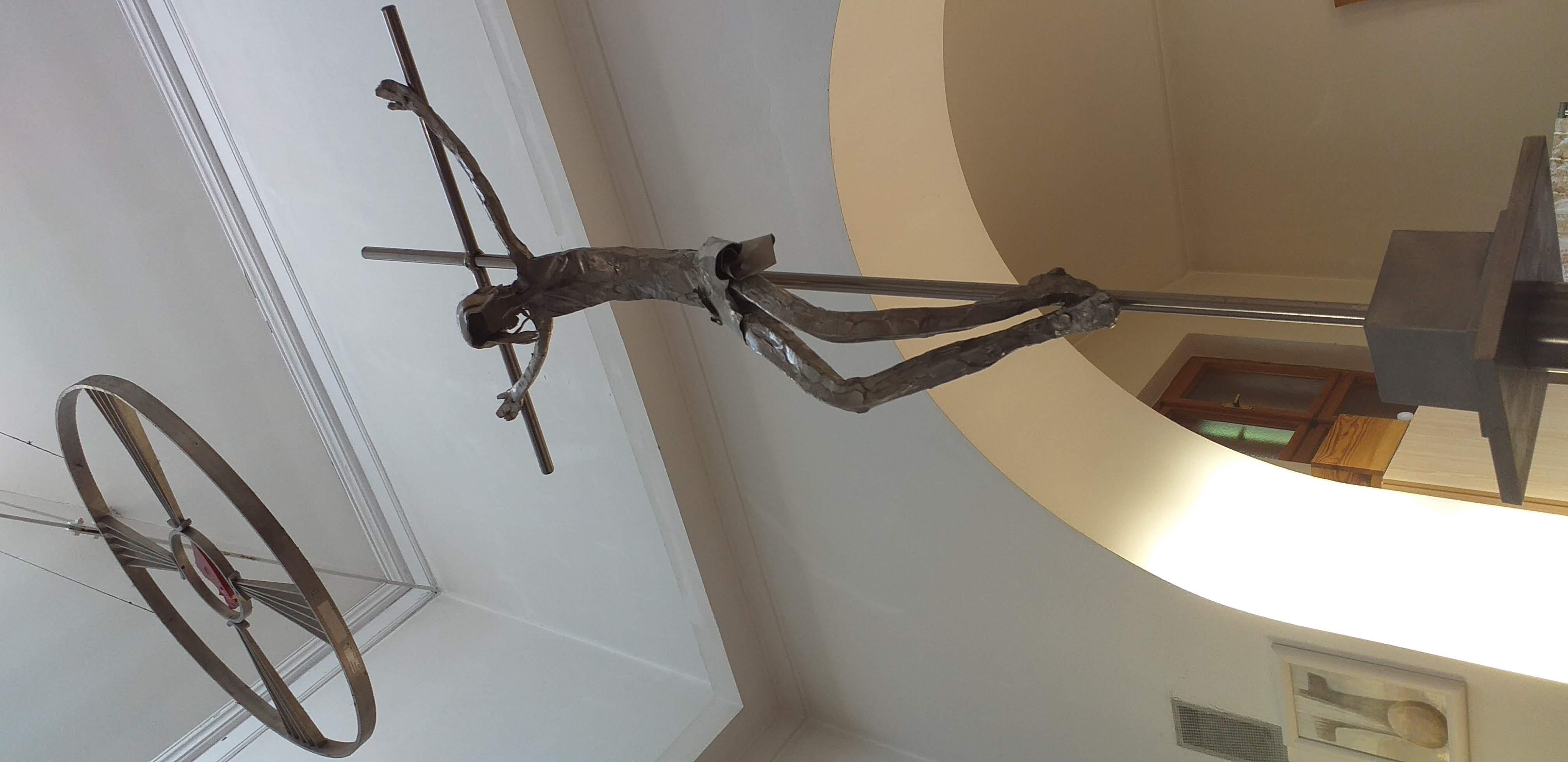 Interiér kaple Povýšení svatého Kříže - Ježíš na kříži, kovářská práce, umístěný na západní straně stolu Páně