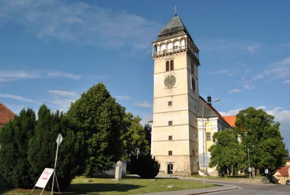 Kostel sv. Vavřince / První zmínka o dačickém kostele je rovněž první písemnou zmínkou o Dačicích vůbec. Vztahuje se k roku 1183, kdy byl vysvěcen nový románský chrám. Ten byl v 15. století přestavěn na gotický. V letech 1586–1592 byla k němu přistavěna mohutná hranolová renes