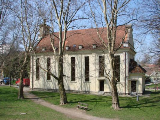 Husův sbor Vysoké Mýto / Moderní chrámová architektura z r. 1937 navazující svým výrazem na českou architekturu 20. let. V průčelí předstupuje před štítem plochá věžovitá část zakončená kalichem s dvojitým křížem.