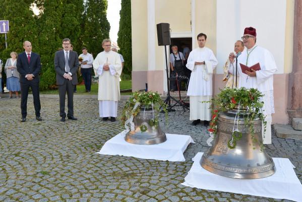 Slavnost začínala venku ve spolupráci s Městysem D / Na snímku jsou vidět patroni zvonů, pan starosta Mgr. Zdeněk Pekárek a pan JUDr. Filip Sternberg.