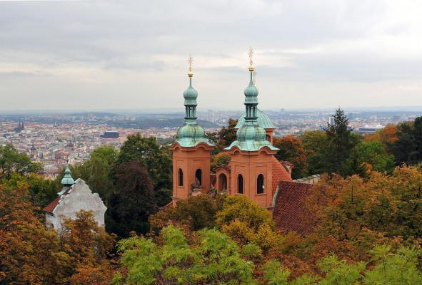 Kostel sv. Vavřince / Pohled na kostel z petřínské rozhledny
