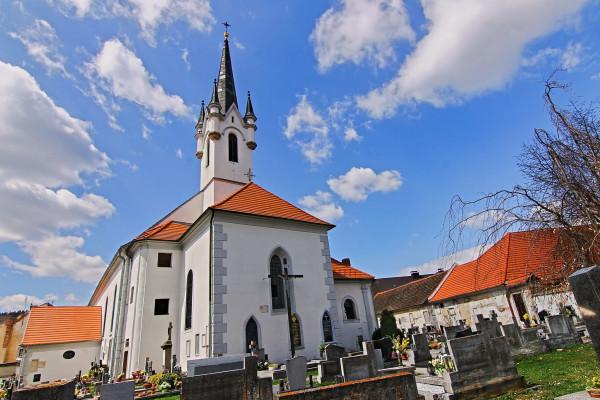 Kostel sv. Bartoloměje / Kostel sv. Bartoloměje leží v centru města Vyšší Brod, které bylo prohlášeno památkovou zónou, uprostřed hřbitova na horním (jižním) konci hlavního Náměstí. Vybudován byl již před rokem 1259. Je farním kostelem farnosti Vyšší Brod.