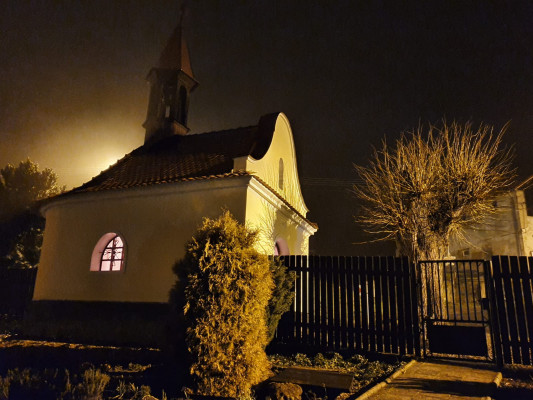 kaple večer