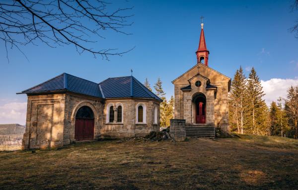 Kaple Maria Rast am Stein / Maria Rast am Stein, Panna Marie odpočívající na kameni je mariánské poutní místo nacházející se na severním úbočí Martínkovského vrchu (846 m) jihozápadně od Vyšebrodského kláštera.