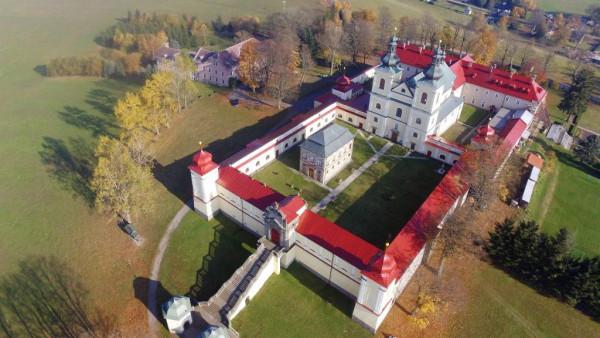 Hora Matky Boží Králíky / Letecký snímek kláštera na Hoře Matky Boží u Králík, podzim 2017.