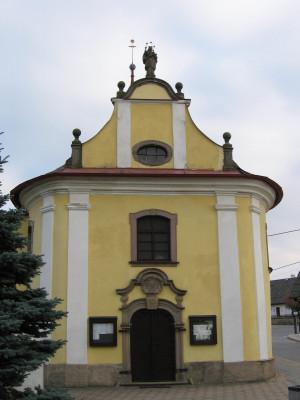 Kostel sv. Jana Nepomuckého ve Studnici 1 / Průčelí / Autor fotografie: M. Netresta