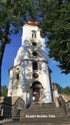 Kostel Božího Těla ve Staré Červené Vodě  / Stará Červená Voda byla založena r.1291. Její kolonizace se zcela nezdařila, počátkem 15.století byla polovina vsi pustá. Ves patřila k biskupskému hradu Kaltenštejnu. V 16.století vratislavští biskupové část vesnice obnovili a kolonizovali i zalesněné ok