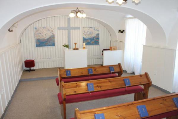 Interiér modlitebny s obrazy ak. mal. Jaroslava Al