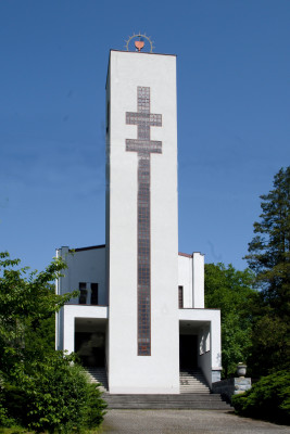 Husův sbor v Ostravě - Svinově / Husův sbor byl dostavěn v r. 1934 dle návrhu stavitele Valentina Stojeby v soudobém konstruktivistickém slohu, dominantou je 23 metrů vysoká čtyřhranná věž.