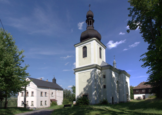 Kostel sv. Linharta v Hlavici / Kostel sv. Linharta v Hlavici s budovou školy, 2014, foto: Martin Mašek, CC-BY-SA 4.0 / Autor fotografie: Martin Mašek (CC-BY-SA 4.0)