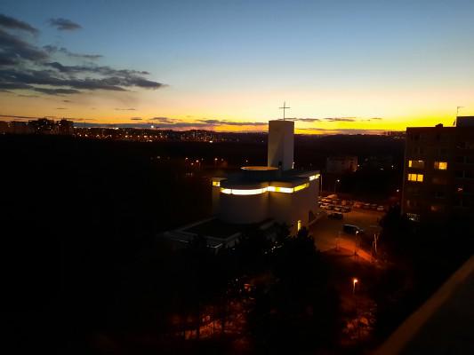 Kostel Krista Spasitele na Barrandově / večerní pohled na kostel se zapnutým vnitřním světlem