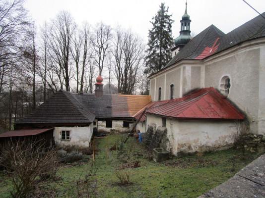 Poustevna s kostelem P. Marie Pomocné / Pohled ze zahrady