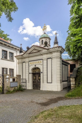 Kostel Stětí sv. Jana Křtitele / Kaple Panny Marie Šancovské před vstupem do kostela Stětí sv. Jana Křtitele