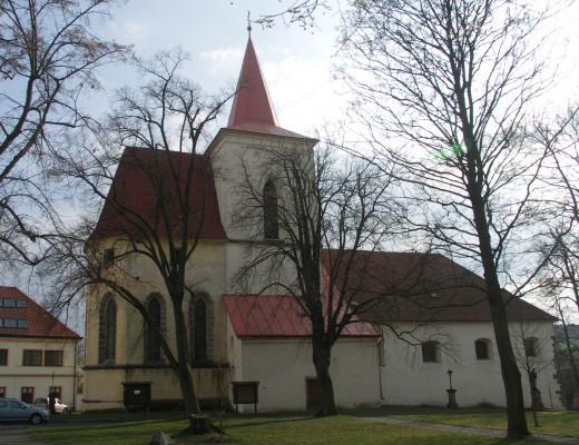 Kostel / Pohled na kostel z náměstí