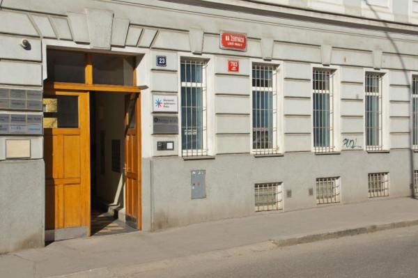 Vchod / Vchod do modlitebny Křesťanského společenství Praha