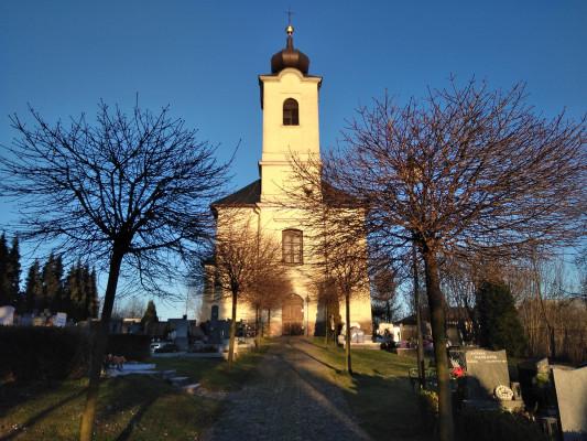 Kostel - pohled ze hřbitova