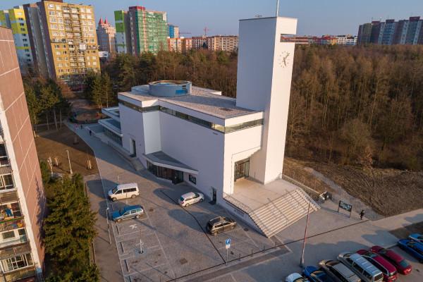 kostel Krista Spasitele, zepředu.jpg / Autor fotografie: Jakub Šerých, Člověk a víra