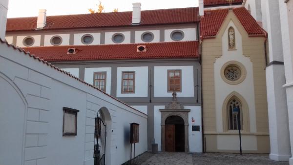 kostel Obětování Pany Marie / vchod do kláštera