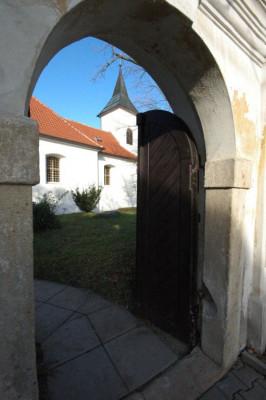 Kostel sv. Prokopa Hrnčíře / Pohled od vstupu do areálu