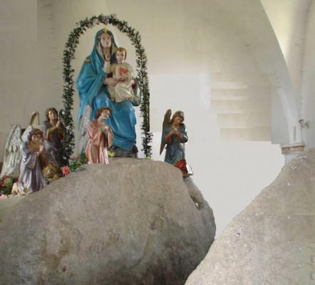Kostel Panny Marie Sněžné / Posvátné kameny