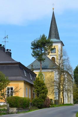 kostel Ducha svatého Rýnovice / celkový pohled z ulice Pod Vodárnou, vlevo bývalá fara