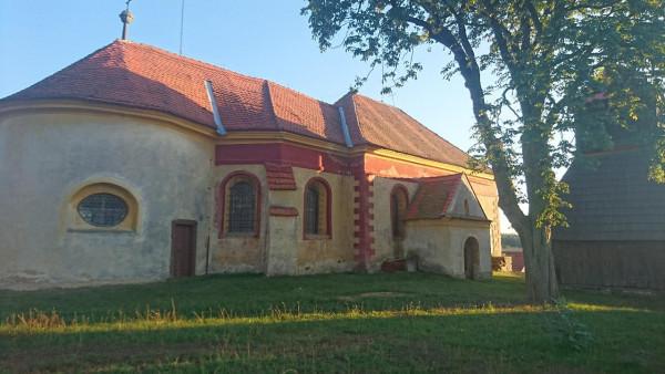 Kostel sv. Štěpána ve Skřivani / Kostel sv. Štěpána se samostatně stojící zvonicí byl vybudován na návrší ve střední části vsi v sousedství tvrze. Jeho existence je doložena v polovině 14. století, tehdy byl snad dřevěný. Zděnou jednolodní orientovanou stavbu, jež bývala obklopena hřbito