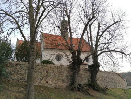 Chvatěruby, kostel sv. Petra a Pavla / pohled na kostel