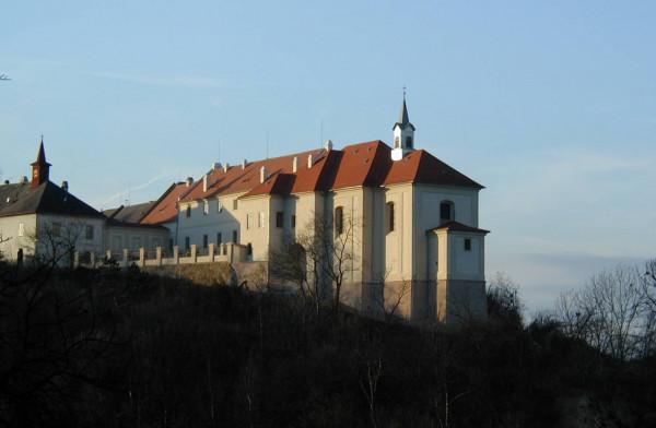 Kostel Povýšení sv. Kříže v Nižboru / Kostel Povýšení sv. Kříže v Nižboru se nachází v areálu nižborského zámku.
